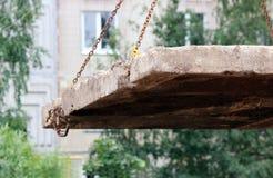 abaixando a laje de cimento e a criação da proteção do canal das tubulações de água da danificação durante o trabalho do reparo imagem de stock royalty free