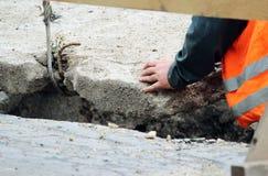 abaixando a laje de cimento e a criação da proteção do canal das tubulações de água da danificação durante o trabalho do reparo imagens de stock royalty free