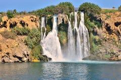 Abaixe a cachoeira de Duden, a cachoeira a maior do ` s do mundo, fluindo diretamente no mar aberto fotos de stock