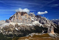 Abaixe duas torres da rocha e um pico mais alto com poucas nuvens Fotografia de Stock Royalty Free