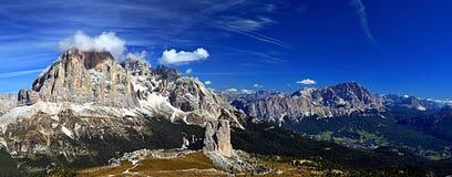 Abaixe duas torres da rocha e uns picos mais altos com poucas nuvens Fotografia de Stock