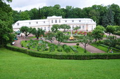 Abaixe o parque do palácio grande de Peterhof Fotos de Stock