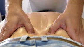 Abaixe para trás a massagem da fisioterapia filme