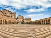 Abaixe a plaza da basílica de St Francis, Assisi, Itália fotos de stock royalty free