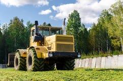 Abaixe Tavda, Rússia - 6 de agosto de 2017: K-700 Kirovets imagem de stock royalty free