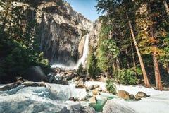 Abaixe Yosemite Falls no inverno - parque nacional de Yosemite, Califórnia, EUA fotografia de stock