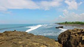 Abaixo da costa que é batida por ondas para os penhascos na praia de Bali, Indonésia Isolado na sustentabilidade ambiental vídeos de arquivo