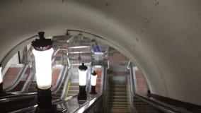 Abaixo da escada rolante no metro após as lâmpadas Luzes não ofuscantes filme