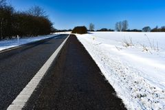 Abaixo da estrada no inverno Fotos de Stock Royalty Free
