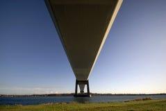 Abaixo da ponte de suspensão Fotografia de Stock Royalty Free