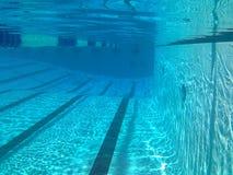 Abaixo da superfície de uma piscina Fotografia de Stock