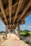 Abaixo da vista da ponte concreta fotos de stock royalty free