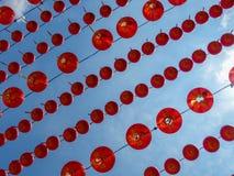 Abaixo de um dossel das lanternas chinesas vermelhas que olham acima no céu Foto de Stock