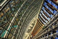 Abaixo de um vestíbulo do ` s do arranha-céus Fotos de Stock Royalty Free