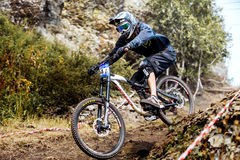 Abajo bici del atleta de los hombres de la colina Fotos de archivo