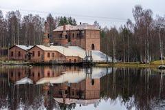 Abajo cerrada acería en el campo sueco que echa un refl imagenes de archivo