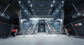 Abajo cerrada escalera móvil en el centro de negocios Imagenes de archivo