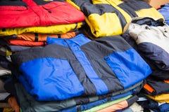 Abajo chaqueta para la venta en tienda de la ropa Imagen de archivo