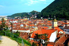 Abajo ciudad, paisaje urbano típico, Brasov, Transilvania Imagenes de archivo