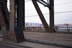Abajo ciudad Portland moderna a través del puente levadizo oxidado viejo de la granja Imagenes de archivo