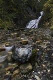 Abajo corriente de la cascada. Foto de archivo libre de regalías