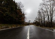 Abajo de la calle en la montaña - Toscany - Italia Fotografía de archivo libre de regalías