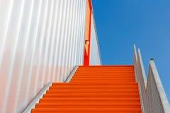 Abajo de la escalera anaranjada de la emergencia Imagen de archivo libre de regalías