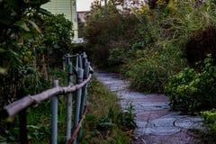 Abajo de la trayectoria reservada del jardín Imagen de archivo