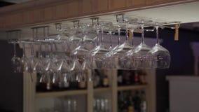Abajo de la vista de las copas de vino colgantes - 4k almacen de metraje de vídeo