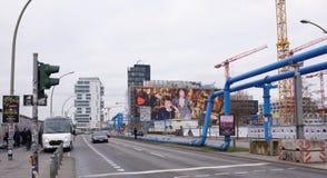 Abajo de los camiones móviles de la calle Ciudadanos a la parada de autobús que juegan Foto de archivo