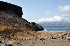 Abajo de un acantilado a la playa Foto de archivo