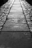 Abajo de un callejón oscuro Imagen de archivo