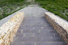 Abajo de una escalera de piedra con las piedras decorativas Imagen de archivo libre de regalías