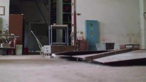 Abajo de vista del taller anticuado mientras que movimiento de la cámara almacen de metraje de vídeo