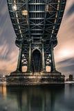 Abajo debajo del puente de Manhattan Foto de archivo libre de regalías