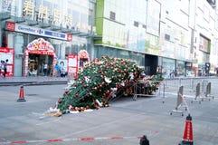 Abajo en el piso de un árbol de navidad gigante Foto de archivo libre de regalías