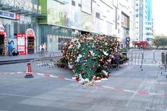 Abajo en el piso de un árbol de navidad gigante Imagenes de archivo