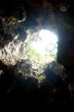 Abajo en la cueva con la luz del rayo en el top Foto de archivo libre de regalías