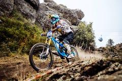 Abajo en una bici extrema del atleta del rastro de montaña Fotos de archivo libres de regalías