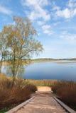 Abajo escaleras al lago, día de primavera Fotos de archivo libres de regalías