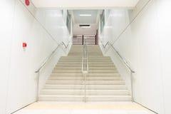Abajo escaleras en el túnel Foto de archivo libre de regalías