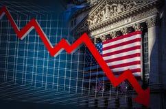 Abajo flecha y NYSE rojos en el fondo Imagen de archivo