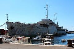 Abajo la nave aherrumbrada y batida histórica grande vieja llamó Galeb atracado en puerto en Rijeka Imagenes de archivo