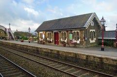 Abajo la sala de espera de la plataforma en la estación Settle establece - el ferrocarril de Carlisle imagen de archivo