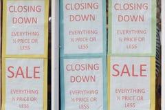 Abajo la venta cerrada firma adentro la ventana de la tienda Fotos de archivo