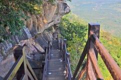 Abajo las escaleras con hierro atormentan al lado del acantilado Fotos de archivo libres de regalías