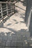 Abajo manera de escaleras del cemento en parque público con tiempo de mañana Fotografía de archivo libre de regalías