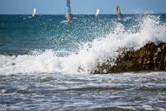 Abajo onda de la visión y ventas de windsurfers Imagenes de archivo