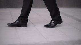 Abajo opinión sobre el novio que camina en el pavimento metrajes