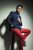 Abajo opinión un hombre hermoso de la moda Foto de archivo